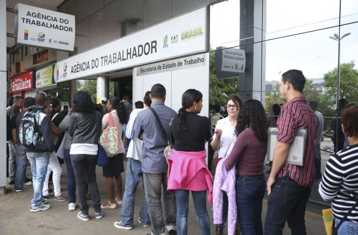 Desemprego sobe para 12,9% em maio e país tem tombo recorde no número de ocupados