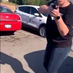 Mulher branca discute e aponta arma para família negra nos Estados Unidos