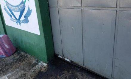 Detento foge ao soldar portão de penitenciária e deixar policiais presos