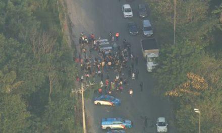 Manifestação congestiona trânsito na Avenida Brasil, na Zona Oeste do Rio