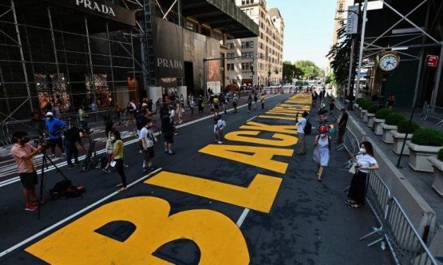Prefeito de Nova York pinta 'Black Lives Matter' em frente à Trump Tower