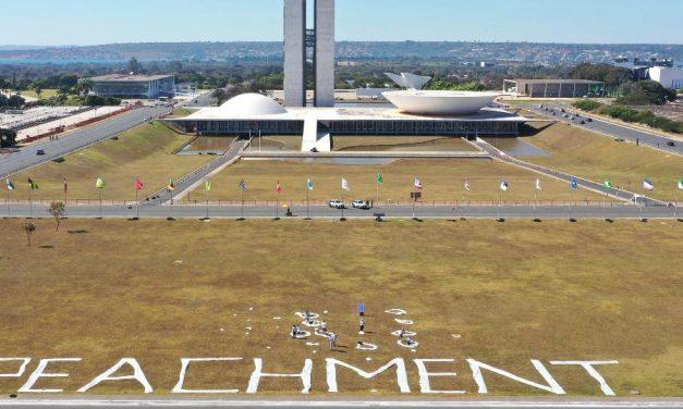 Faixas de 40 metros em frente ao Congresso pedem impeachment de Bolsonaro