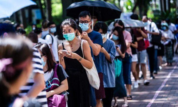 """580 mil vão às urnas em Hong Kong para voto de """"protesto"""" contra nova lei de segurança"""