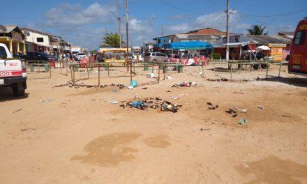 Praça da praia de Ajuruteua amanhece suja
