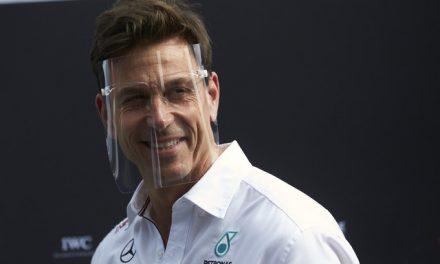 Fórmula 1 proíbe escudo facial e exige que chefão da Mercedes use máscara nos boxes