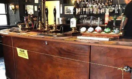 Empresário instala cerca elétrica dentro de pub para manter distanciamento social