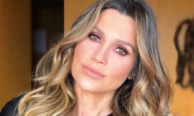 """Flávia Alessandra exibe curvas com biquíni dourado e fã alerta: """"Procure defeitos e falhe"""""""
