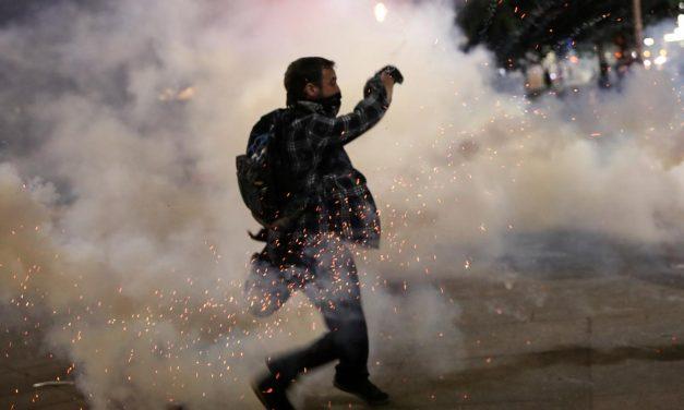 Agentes federais dos EUA voltam a lançar gás lacrimogêneo contra manifestantes