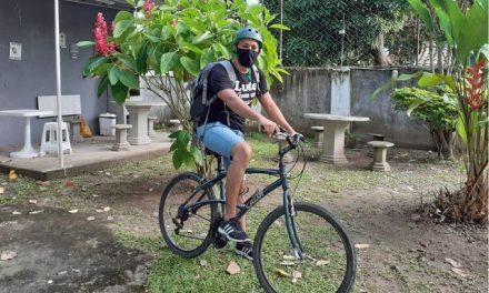 Professor pedala mais de sete quilômetros para ajudar alunos sem acesso a aulas on-line