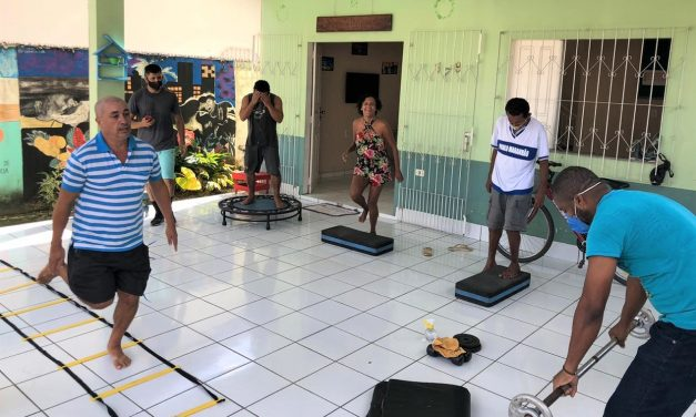 Acolhidos realizam a prática de atividades físicas no Centro Pop do município