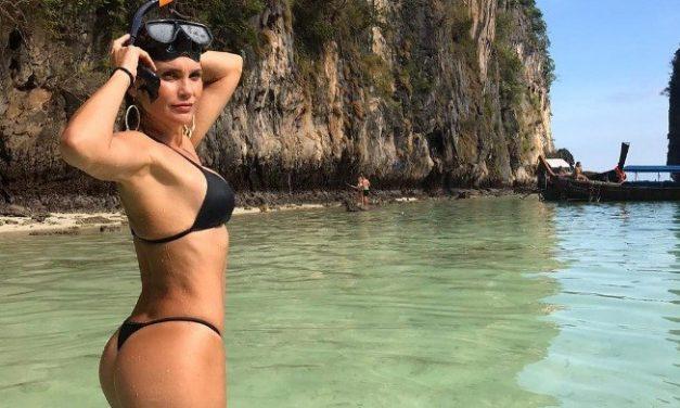 """Aos 46 anos, Flávia Alessandra posa com maiô decotado e ostenta corpão: """"Sereia"""""""