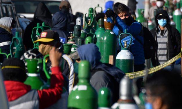 Famílias desesperadas passam horas em busca de oxigênio em mercado paralelo no Peru