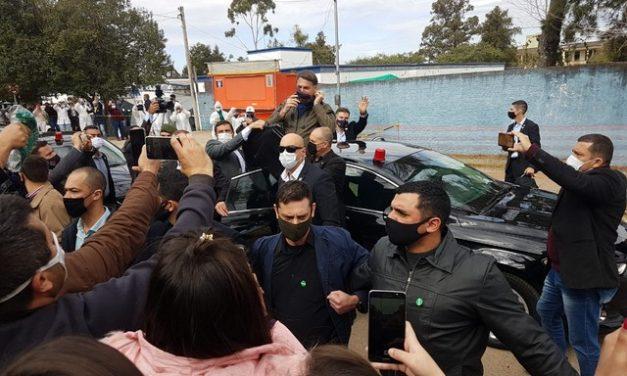 Com máscara, Bolsonaro cumprimenta apoiadores em aglomeração em Bagé