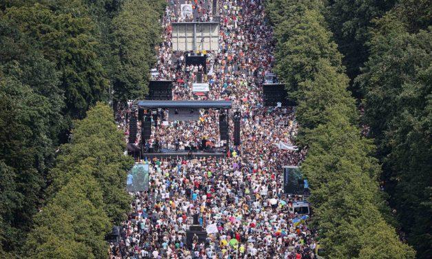 Em Berlim, milhares protestam contra restrições impostas pela Covid-19