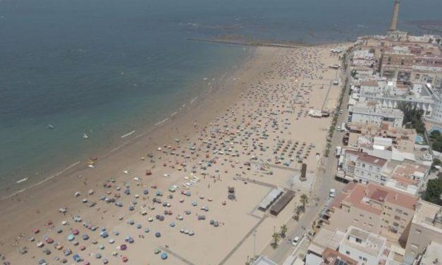 """Cidade na Espanha comemora """"distanciamento social exemplar"""" em praia"""