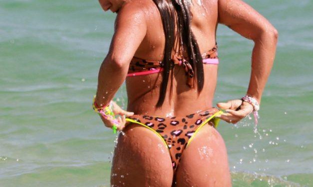 """Ex-BBB Carol Peixinho posa com biquíni de oncinha e exibe boa forma: """"Mulher linda"""""""