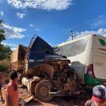 Acidente gravíssimo entre ônibus e carreta deixa vários feridos em Redenção