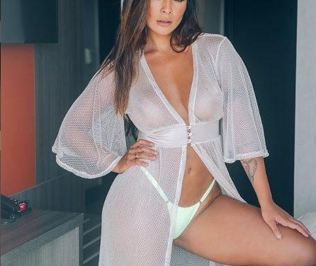 """Carol Nakamura posa de lingerie e exibe pernões bronzeados: """"Japa mais linda"""""""