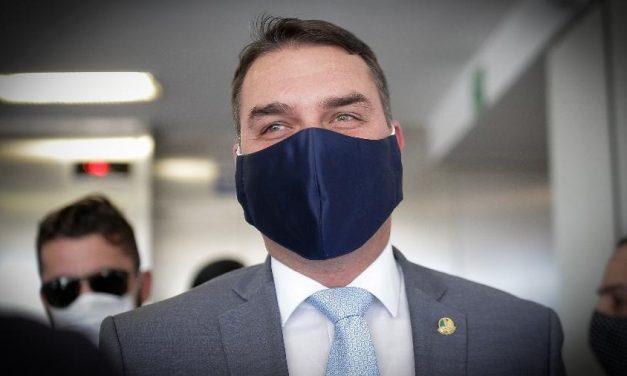Flávio Bolsonaro admite pela 1ª vez que Fabrício Queiroz pagava suas contas