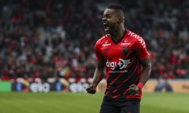 """Após gol e título, Nikão reage a agressão racista nas redes sociais: """"Mediocridade sem tamanho"""""""
