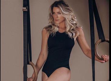 """Aos 47 anos, Letícia Spiller sensualiza com body cavado e faz convite: """"Bora se exercitar?"""""""