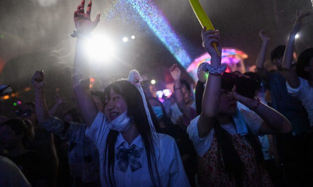 No primeiro epicentro da pandemia, moradores de Wuhan abandonam a máscara