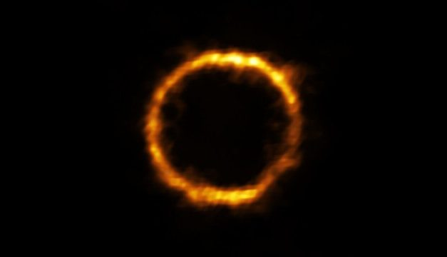 Astrônomos captam imagem de galáxia em forma de anel a mais de 12 bilhões de anos-luz da Terra