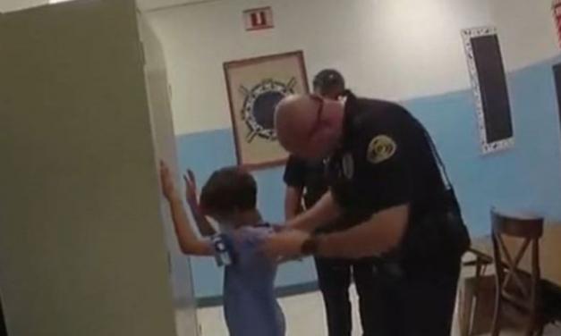 Cidade na Flórida é processada por prisão de menino de oito anos em escola