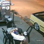 Câmera flagra cliente arrancando cabelo e colocando em lanche no Paraná