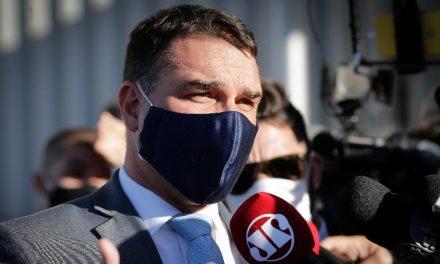 Homem que vendeu loja a Flávio Bolsonaro relata ameaça; senador reage
