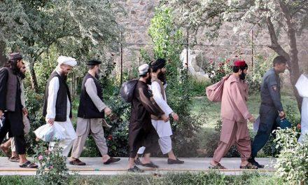 Governo afegão liberta 80 dos 400 últimos prisioneiros do Talibã para tentar acordo de paz