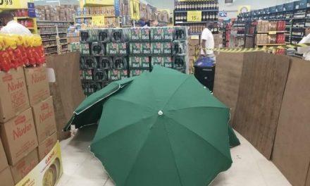 Trabalhador morre em supermercado no Recife; corpo é coberto por guarda-sóis