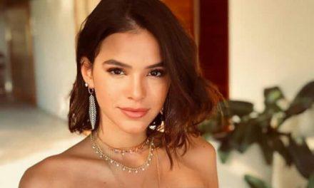 "Bruna Marquezine exibe barriga sequinha a bordo de biquíni estiloso e fã dispara: ""Odalisca ousada"""