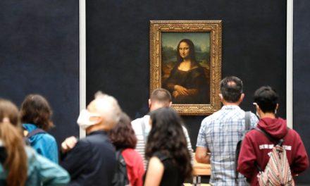 Brasileira é 1ª pessoa a rever Monalisa após reabertura do Louvre na era Covid