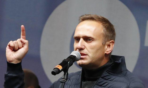 Médicos lutam para salvar opositor russo Navalny após possível envenenamento