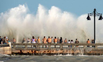 Tempestade Laura se transforma em furacão no Golfo do México e segue para os EUA
