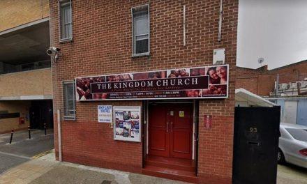 Reino Unido investiga igreja que vende óleo e barbante para combater covid