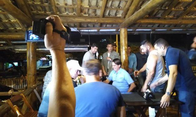 Bolsonaro vai a bar com amigos sem usar máscara em Eldorado, SP