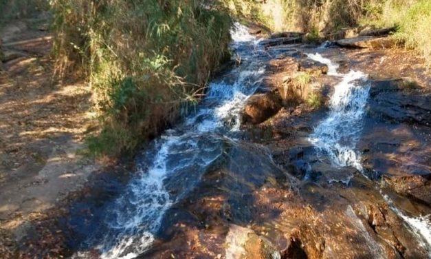 Mãe e filho caem de cachoeira; adolescente morre