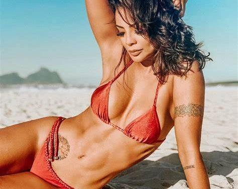 Aos 37 anos, Carol Nakamura exibe barriga 'sequinha' de biquíni e encanta fãs