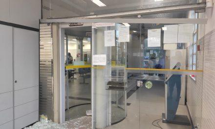 Homem destrói porta de agência bancária em Bragança