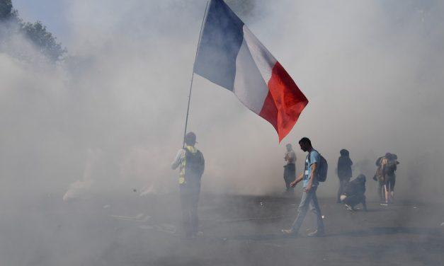 Polícia usa gás lacrimogêneo contra 'coletes-amarelos' e detém mais de 280 na França