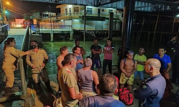 Embarcação naufraga, mas todos os ocupantes são resgatados com vida