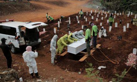 Pessoas que não usam máscara cavam túmulos de vítimas da covid na Indonésia