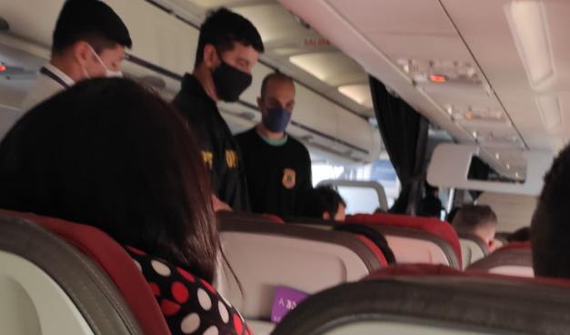 Passageiro é retirado de avião após xingamento homofóbico: 'viadinho de bosta'