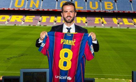 """Pjanic é apresentado oficialmente no Barcelona e recebe camisa 8 que foi de Iniesta: """"Orgulho"""""""
