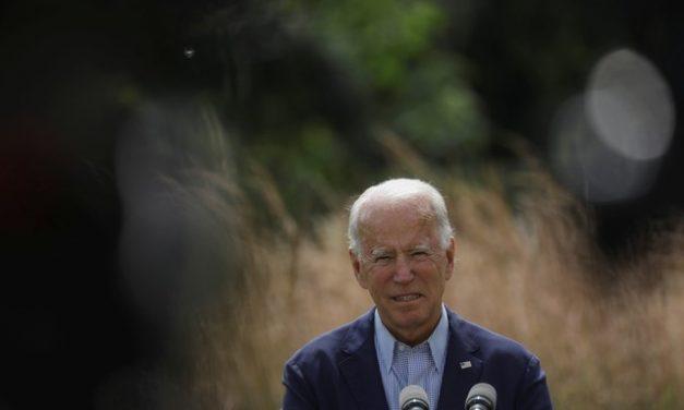 Biden, em busca do voto dos latinos, visita a Flórida