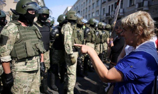 Polícia bielo-russa prende centenas em protesto de mulheres em Minsk