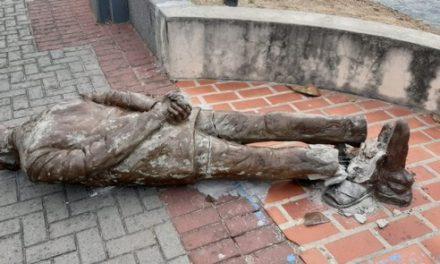 Estátua de Ariano Suassuna é alvo de vandalismo, no Recife