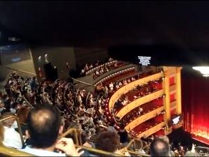 Madri: plateia se revolta com aglomeração e impede apresentação em teatro